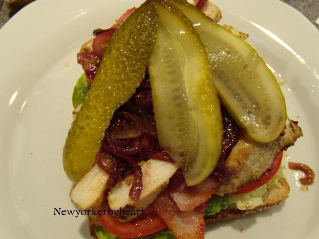 Clubsandwich med marineret kylling og balsamico stegte løg