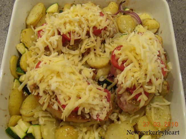 koteletter i fad på kartoffelbund