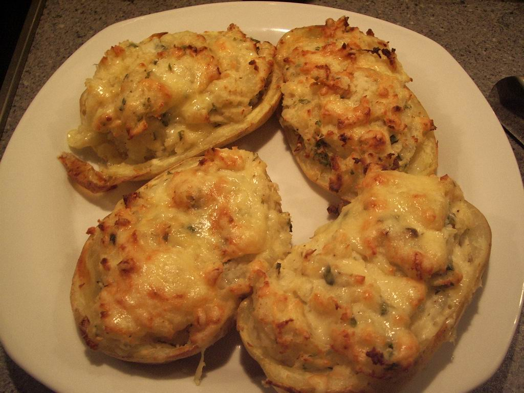 Kyllingeruller med spinat, parmaskinke og ost, dertil dobbeltbagte kartofler med urter og spinat ...
